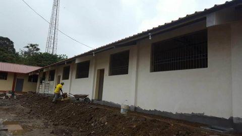 Vista exterior del edificio con pintura y rejas